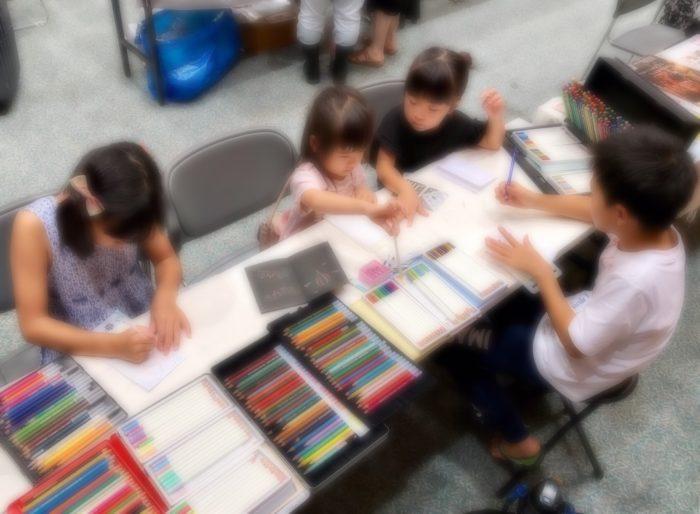 色鉛筆で遊ぶ子供