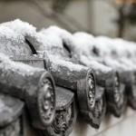 雪が積もった塀