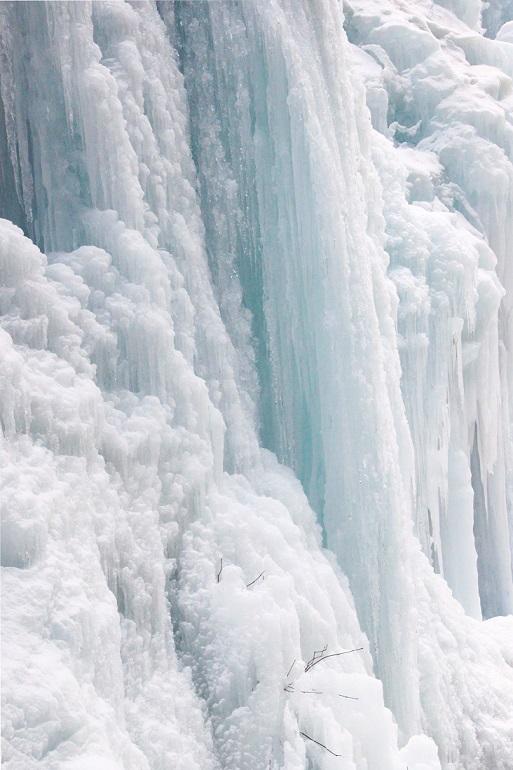 凍りついた滝